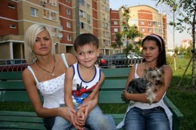 На фото Ирина Круг со своими детьми